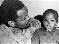 Steve Biko junto a uno de sus hijos (Gentileza: BAHA, Archivos Bailey de Historia Africana)