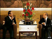 James Soong (L) speaks with Wang Daohan, chairman of the mainland's Association for Relations Across the Taiwan Strait