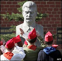 Moscow pupils wearing Soviet-era hats and scarves salute Stalin at his grave, 22 Apr 05