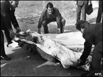 Police move the body of Pasolini