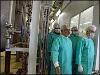 Iranian President Mohammad Khatami (right) at Isfahan Uranium Conversion Facility, 30 March 2005