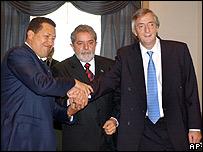 Hugo Chávez, presidente de Venezuela, Inacio Lula da Silva, presidente de Brasil y Nestor Kirchner, presidente de Argentina.