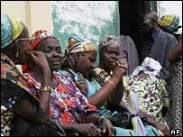 Congolese woman wait for copies of the draft constitution in Kinshasa