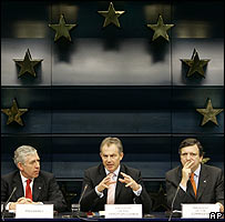 UK PM Tony Blair announces the budget deal, flanked by Foreign Secretary Jack Straw (L) and European Commission chief Jose Manuel Barroso