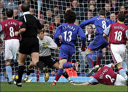 Wayne Rooney scores Manchester United's second goal