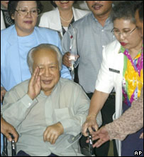 Former Indonesian President Suharto (C) waving to journalists as he leaves hospital, 11 May 2005