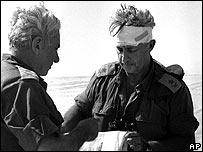 Ариэль Шарон с повязанной головой в Синайской пустыне во время арабо-израильской войны 1973 года