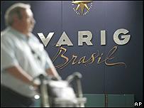 Pasajero pasa frente a un mostrador de Varig en el aeropuerto internacional de Rio de Janeiro