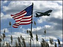 Avión pasa sobre bandera estadounidense