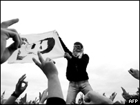 A Turkish Kurd holds a picture of Abdullah Ocalan, former PKK leader (20 March 2005)