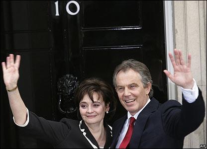 Тони блэр с супругой шерри у двери