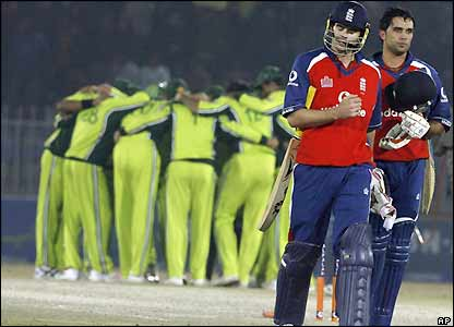 Pakistan celebrate as Kabir Ali and James Anderson leave the field