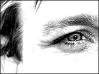 Ojo en parte de una cara masculina