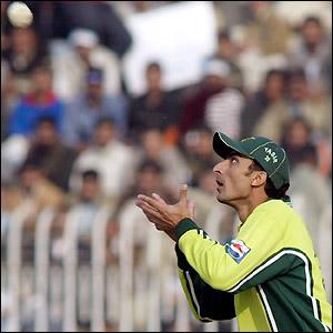 Yasir Hameed prepares to catch Shaun Udal