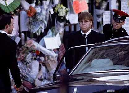 Elton John en el funeral de Diana de Gales.