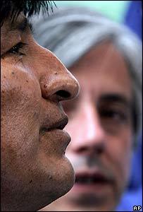 �lvaro Garc�a -al fondo- observa a Evo Morales durante una conferencia de prensa.