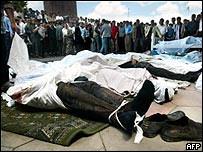Cadáveres después de la violencia del viernes.