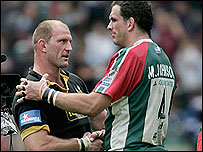 Martin Johnson (R) congratulates winning skipper Lawrence Dallaglio