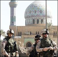 Американские солдаты у мечети в Багдаде. Октябрь 2005