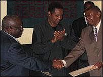Burundi President Domitien Ndayizeye (l) with FNL leader Agathon Rwasa (r)
