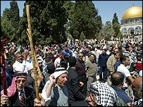 Palestinian Muslims demonstrate in the grounds of al-Aqsa mosque