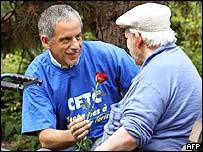 Striker gives pensioner a rose