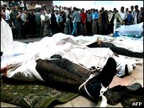 Жители Андижана смотрят на тела убитых