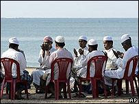 Un grupo de tailandeses oran en la playa
