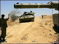 Israeli tanks near Gush Katif settlement