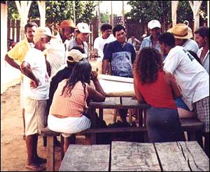 Reuni�n de campesinos en el campamento