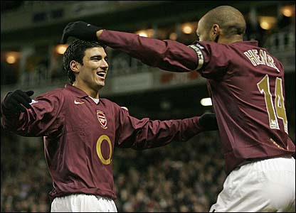 Jose Antonio Reyes celebrates with Thierry Henry