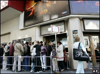 Cinemagoers queuing to see Episode III: Revenge of the Sith