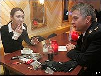 Una turista francesa conversa con un policía en un café de Maastricht, mientras fuma un cigarrillo de marihuana.