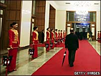 Китайский чиновник идет по красному ковру