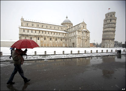 Snowfall by the leaning tower of Pisa