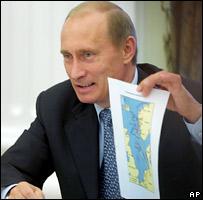 Президент России Владимир Путин с картой нефтепроводов