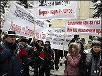 Russian demonstrators picket the Ukrainian embassy in Moscow