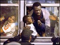 Inmigrantes sudaneses son llevados por la policía egipcia a un autobús