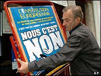 """Un hombre sostiene un cartel que promueve el voto del """"No"""""""