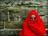 Беженец около стены