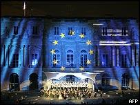 Proyecci�n de la bandera de la Uni�n Europea en un edificio de Par�s