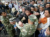 Uzbek refugees try to return through Kyrgyz checkpoint