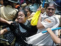 Policewomen arrest female Awami League activists in Dhaka, 21 May