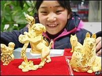 فتاة تعجبها تماثيل ذهبية لكلاب في مدينة بإقليم أنهوي الصيني