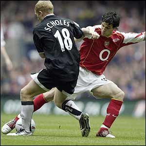 Paul Scholes is challenged by Cesc Fabregas
