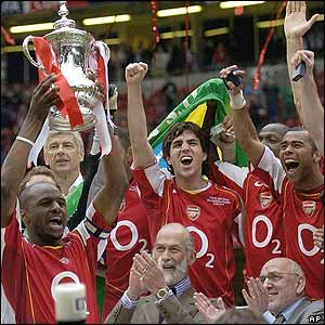Patrick Vieira lifts the FA Cup