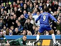 Hernan Crespo scores Chelsea's opener