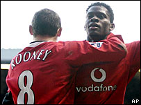 Wayne Rooney celebrates with Louis Saha