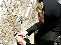 Laura Bush inserting a note on the Western Wall