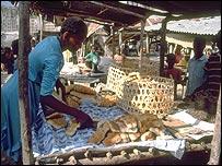Una mujer vendiendo pan en un mercado de Haiti.